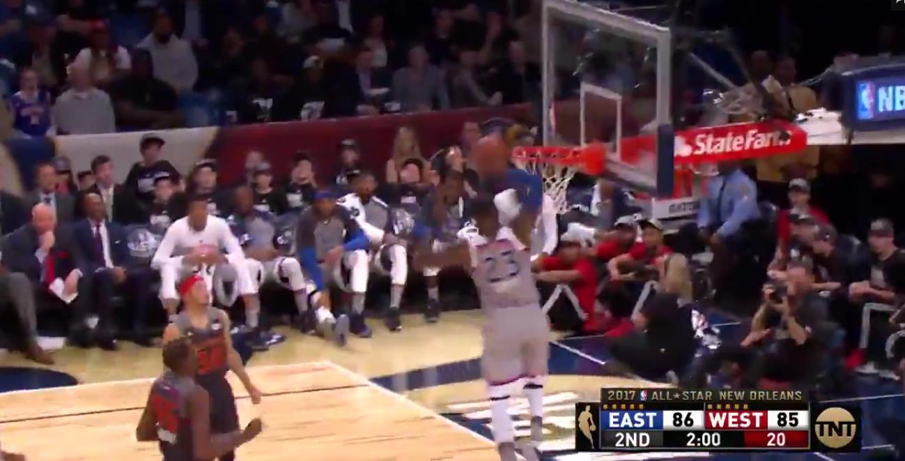 LeBron James claque un dunk qui aurait eu sa place au concours samedi !