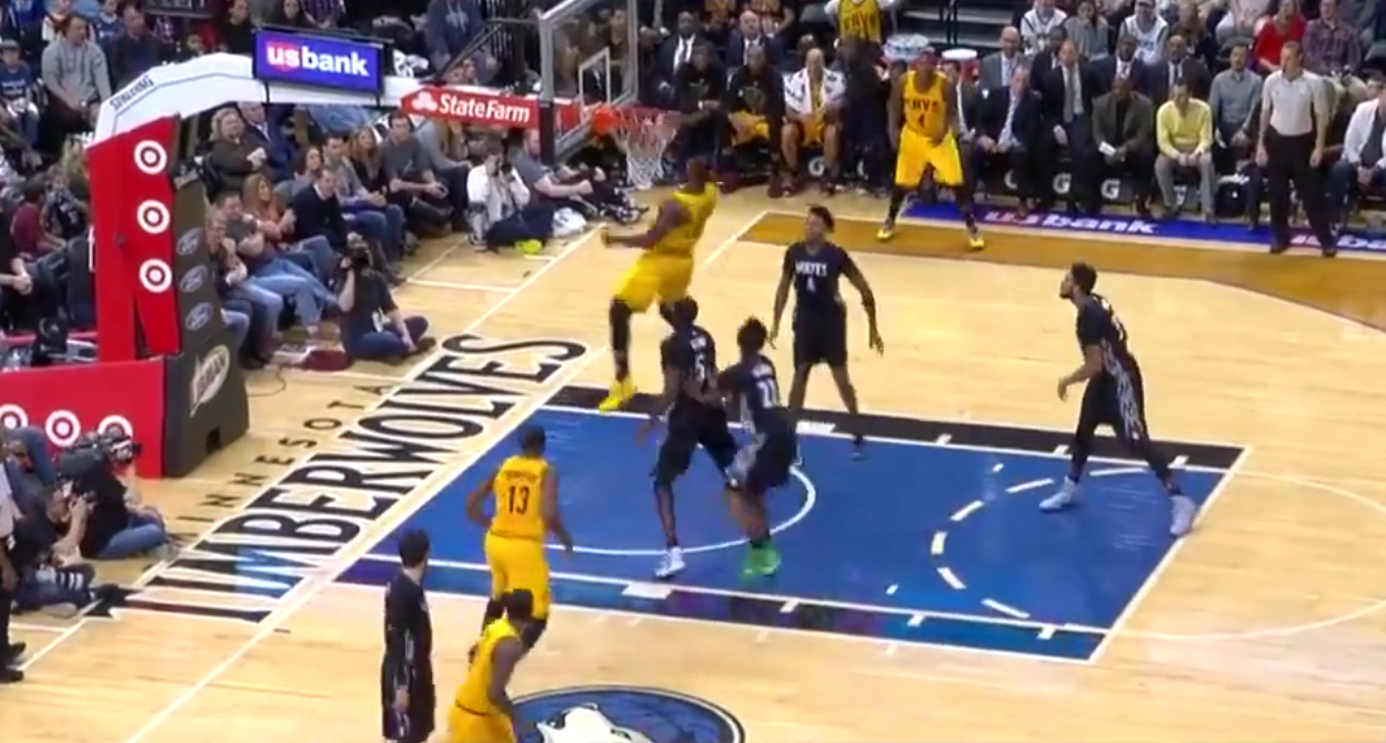 LeBron James claque deux énormes dunks contre les Wolves