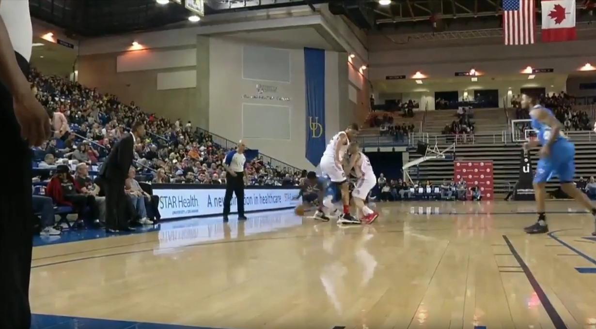 Dingue : Nate Robinson se faufile entre les jambes d'un défenseur !