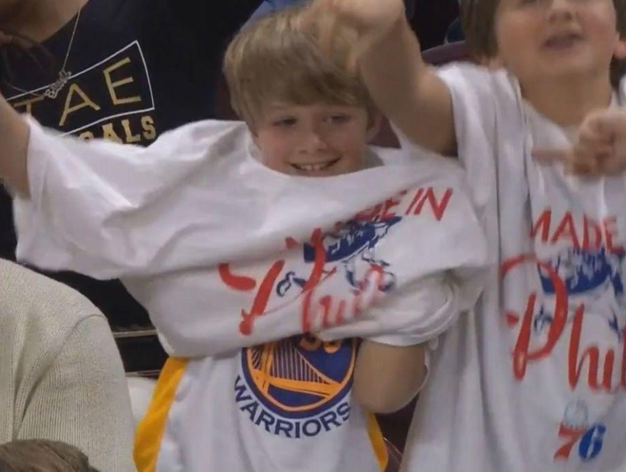 """Les Sixers affichent les fans """"moutons"""" des Warriors"""