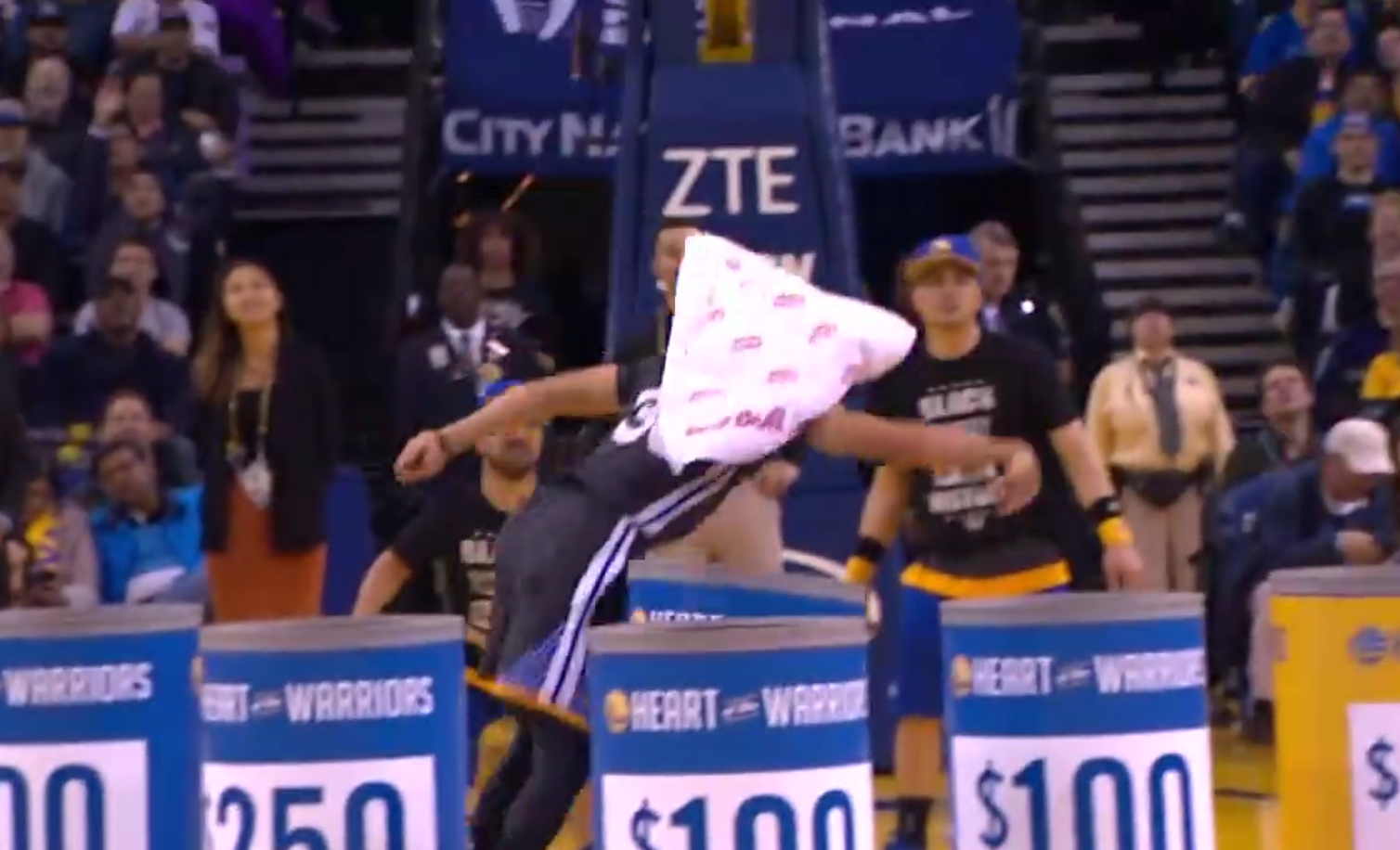 En plein temps mort, Stephen Curry fait gagner 5 000 dollars à une fan