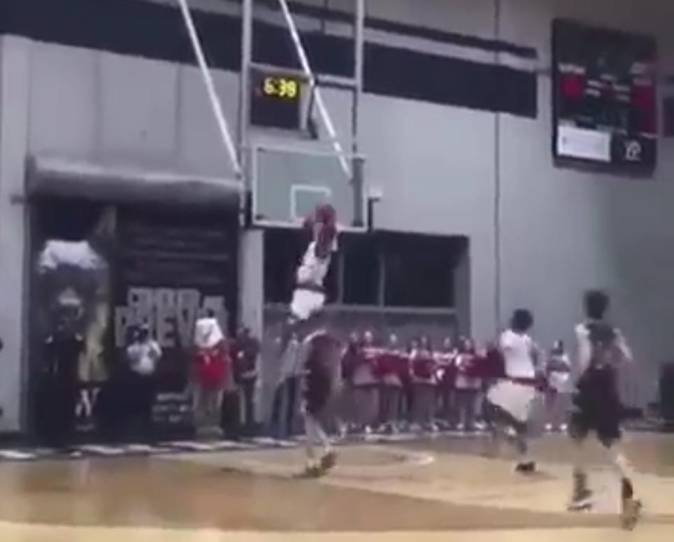 Le freak Zion Williamson claque un windmill à 360° en match ...