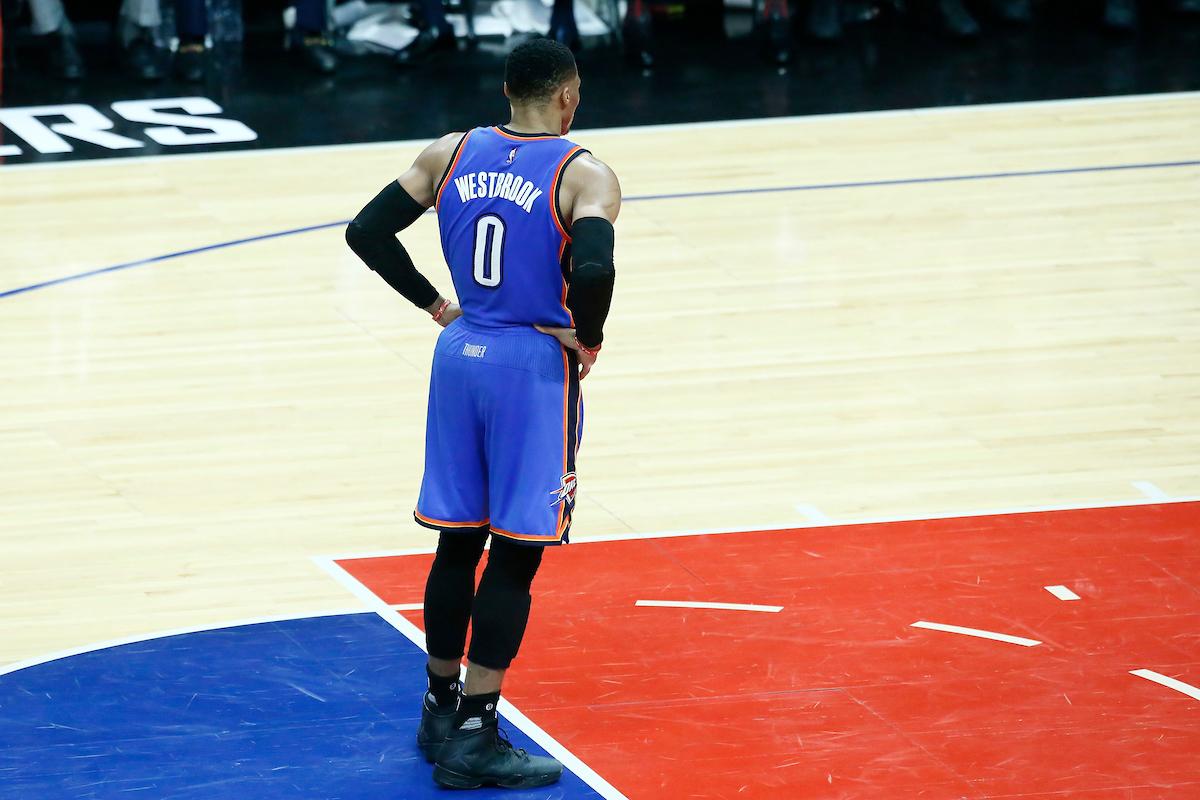 Seul, Russell Westbrook se joue de toute la défense des Rockets