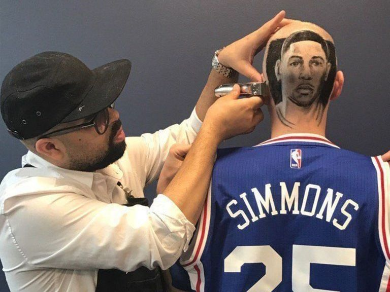 Un membre du staff des Sixers se fait dessiner la tête de Ben Simmons sur le crâne