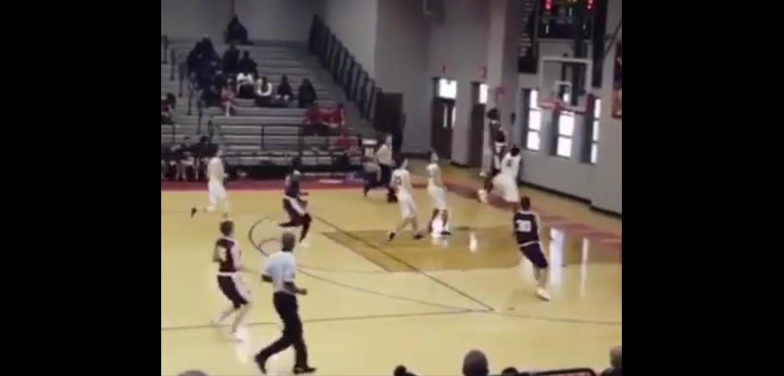 Un dunk complètement fou dans un match de lycée !