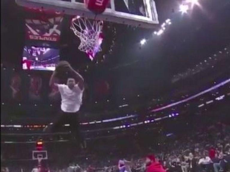 Un fan des Clippers s'est affiché en voulant dunker avec l'aide d'un trampoline