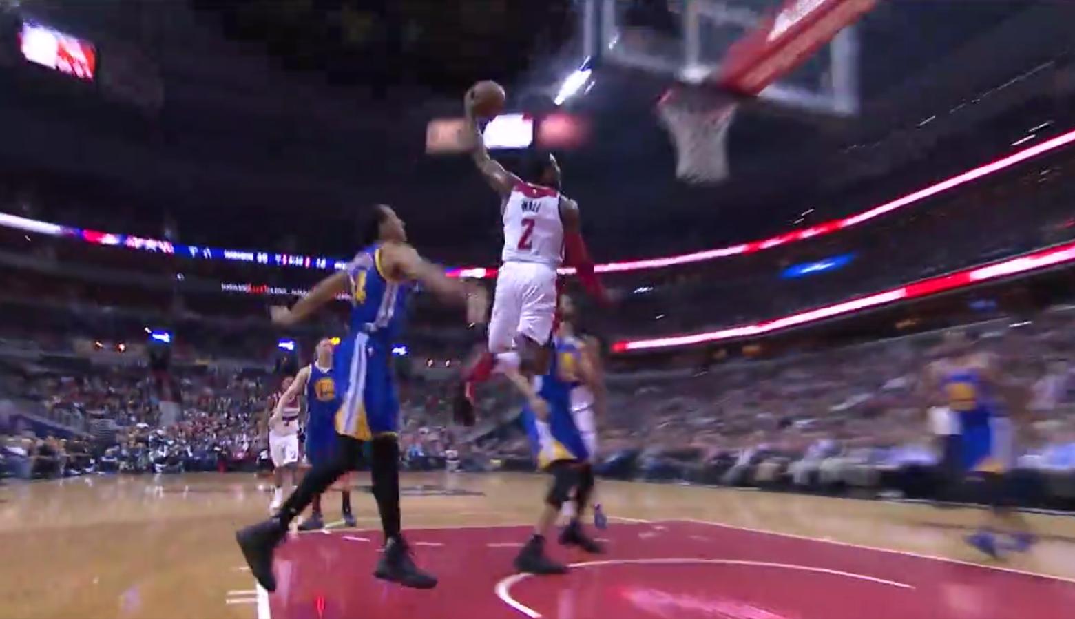 John Wall claque un énorme dunk à une main
