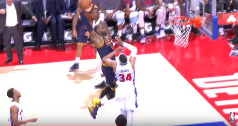 LeBron James cale un dunk impressionnant de puissance !