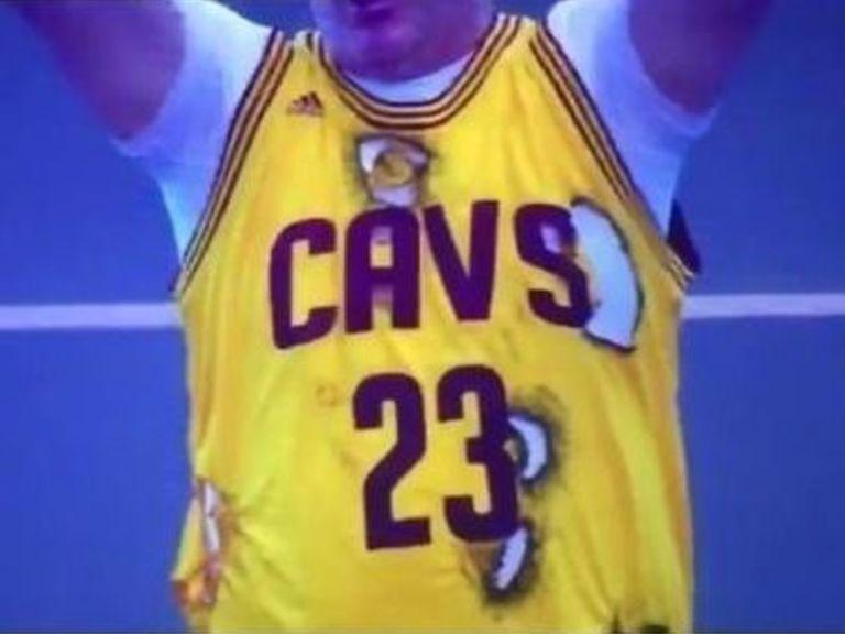 Un fan des Cavaliers se pointe au match avec un maillot de LeBron... brûlé