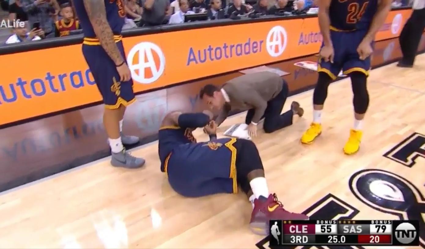 LeBron James mis au tapis après un coup de coude