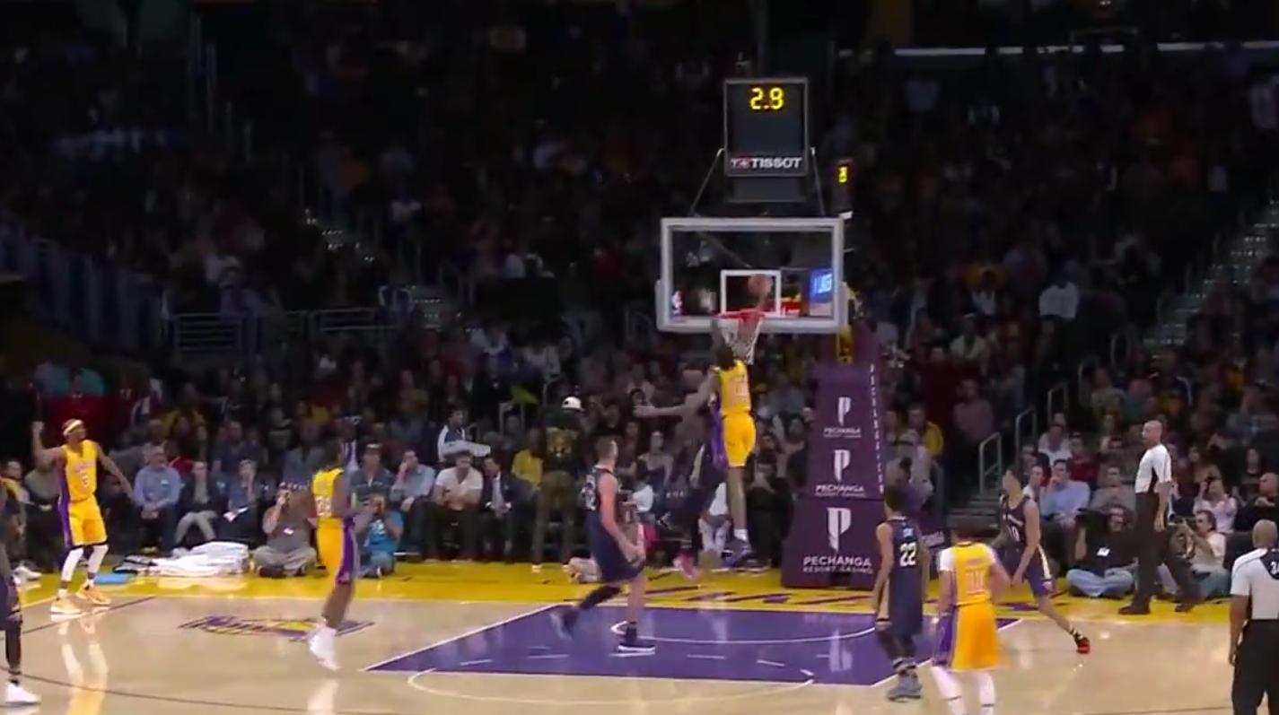 Brandon Ingram décolle et claque un dunk magnifique !
