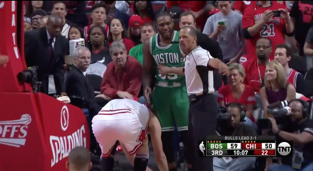 Fair-play : Robin Lopez refait les lacets de Jae Crowder