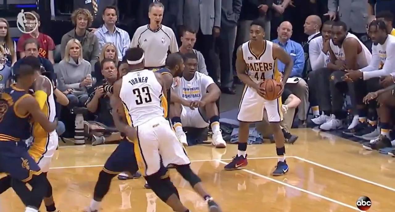 Beau duel de flopping entre J.R Smith et Myles Turner