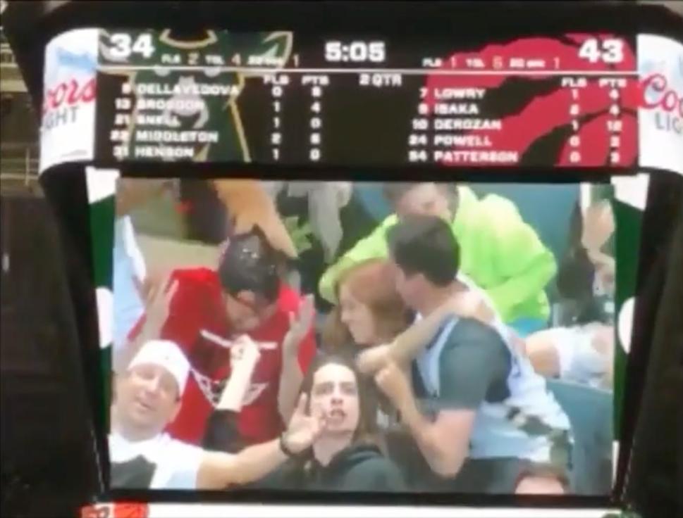 Un fan des Raptors se fait humilier par le public de Milwaukee