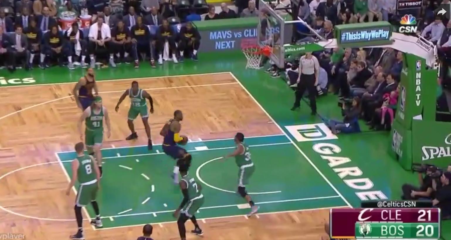 LeBron James s'amuse avec des Celtics en mode Harden/Lakers en défense