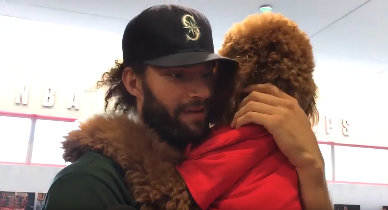 Robin Lopez se pointe en interview... avec son chien