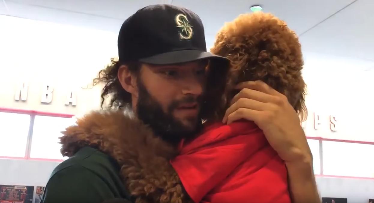 Robin Lopez se pointe en interview... avec son chien