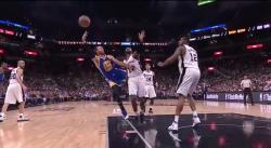 Stephen Curry réussit un tir en total déséquilibre