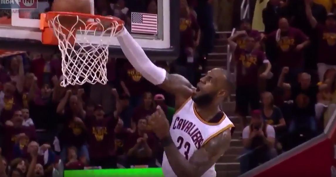 LeBron James rate un dunk tout seul en contre-attaque !