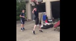 LeBron James Jr donne la leçon à des gamins de son quartier