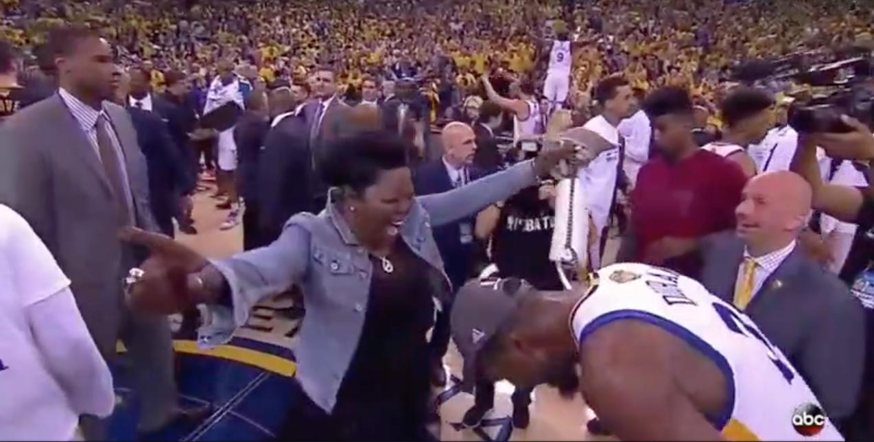 Instant émotion : le beau moment entre Kevin Durant et sa mère