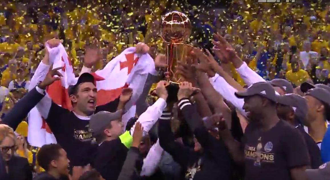 Les Golden State Warriors reçoivent le trophée Larry O'Brien