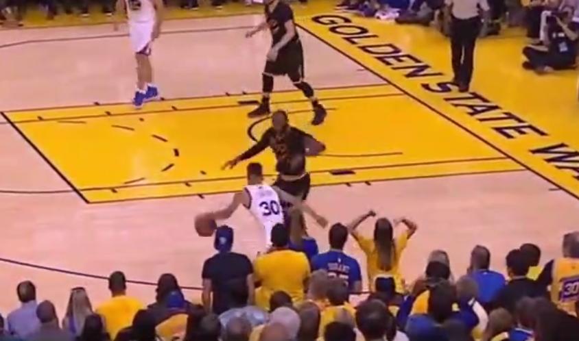 Stephen Curry fait danser LeBron James en un contre un