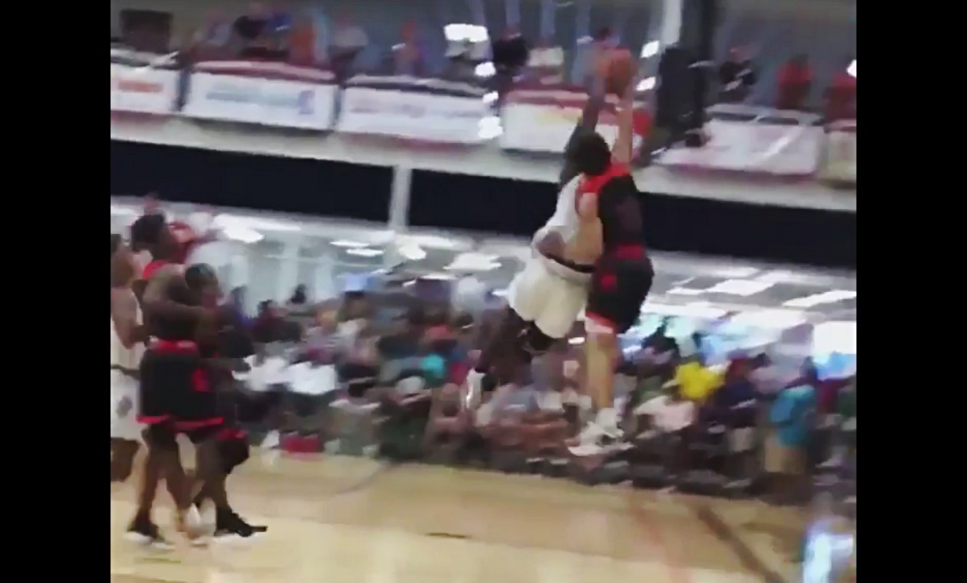Zion Williamson met un contre de sauvage à deux mains !