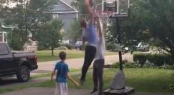 Danny Ainge se fait dunker dessus par son fils