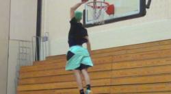 Jordan Kilganon claque un dunk à 720° !