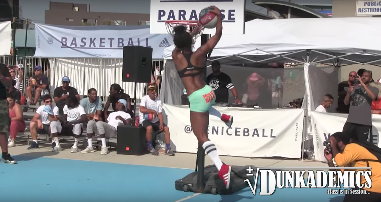 WTF : Un slam dunk contest.. en petite tenue ?