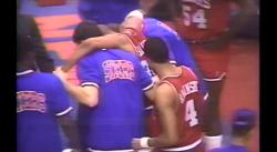 Charles Barkley se fait postériser par Bill Cartwright et tombe KO