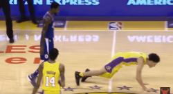 Beverley accueille Lonzo en NBA… en le jetant à terre