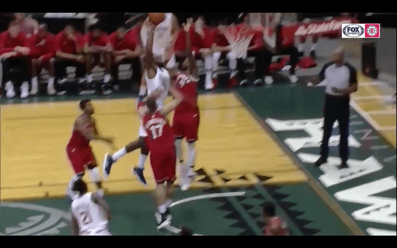 DeAndre Jordan claque déjà un gros dunk sur Serge Ibaka