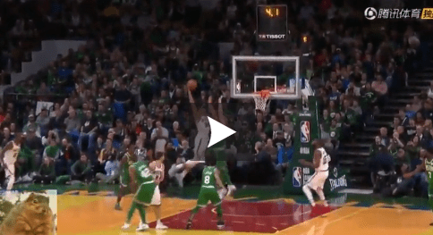 Aron Baynes se sacrifie pour priver le Greek Freak d'un dunk fou