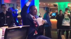 Paul Pierce mange du popcorn, le TD Garden l'acclame