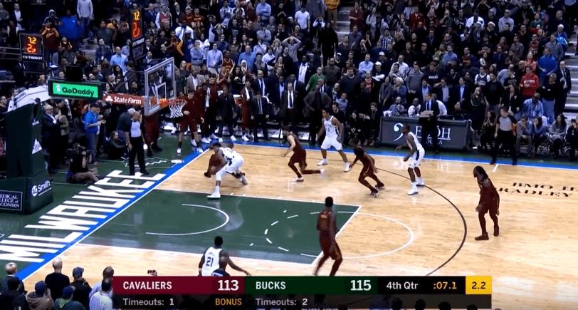 Giannis vole la balle à LeBron et plante le game winner !
