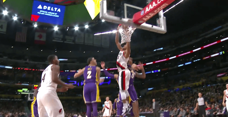 Top 10 : C.J. McCollum place un gros dunk sur les Lakers