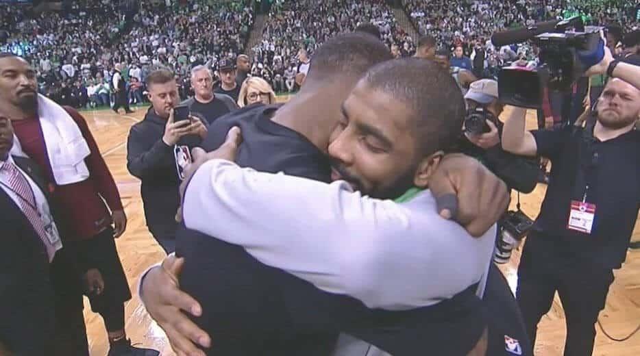 LeBron et Kyrie se font un hug, tout va bien entre eux