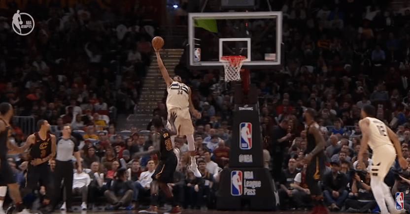 Top 10 : Oui, Giannis a transformé ça en dunk !