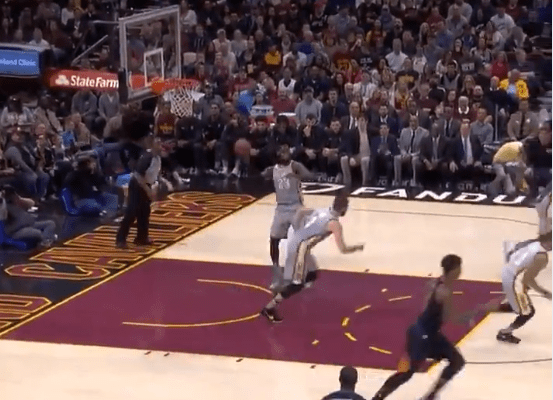 LeBron James a encore lâché une passe complètement folle