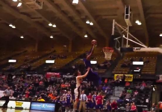 High-school : Un lycéen se fait démolir sur une tentative de dunk !