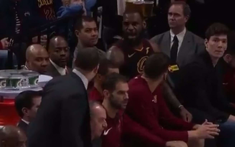 Prise de bec entre LeBron James et Tyronn Lue sur le banc