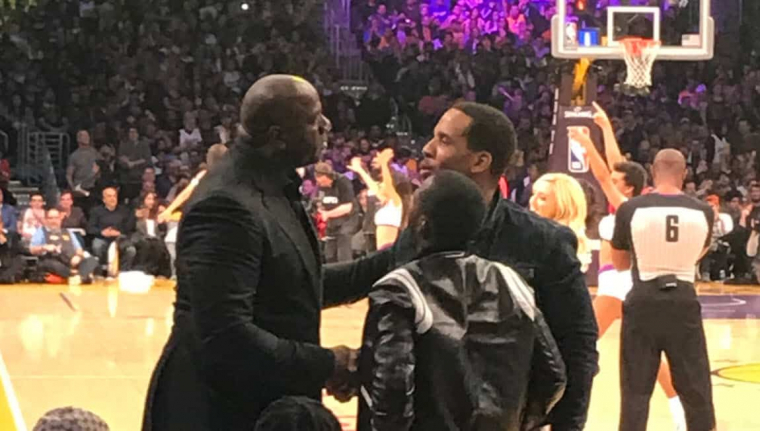 Magic Johnson discute avec le camp de LeBron James