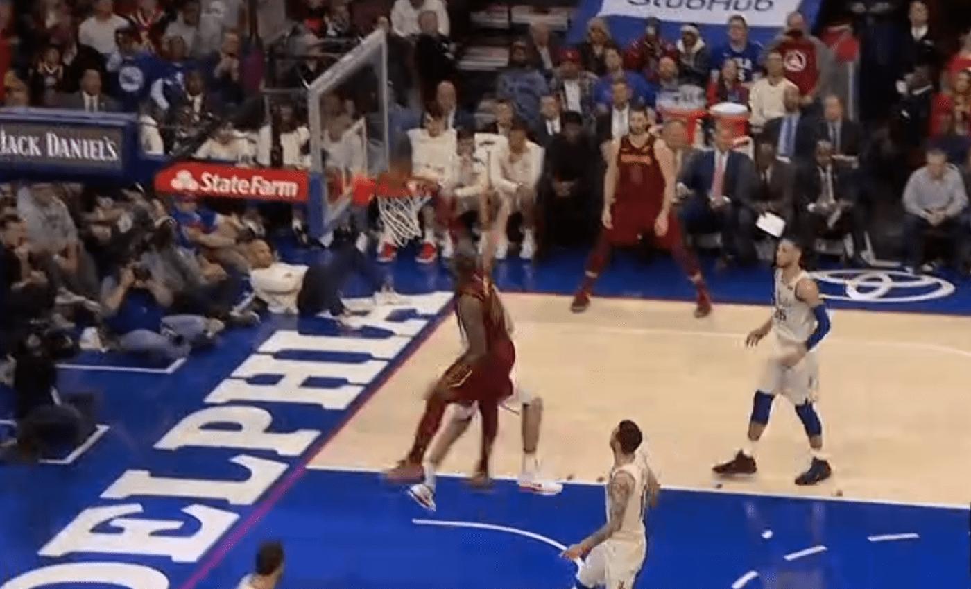 Top 10 : LeBron James grimpe sur le pauvre Ersan Ilyasova !
