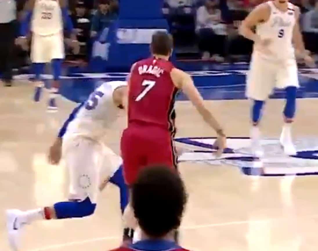 Frustré, Goran Dragic gifle Ben Simmons par derrière