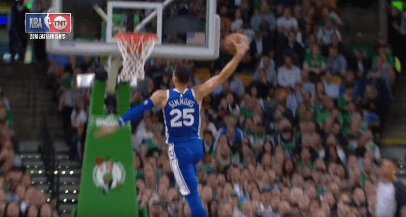 Top 5 : Ben Simmons enrhume son défenseur et monte au dunk !