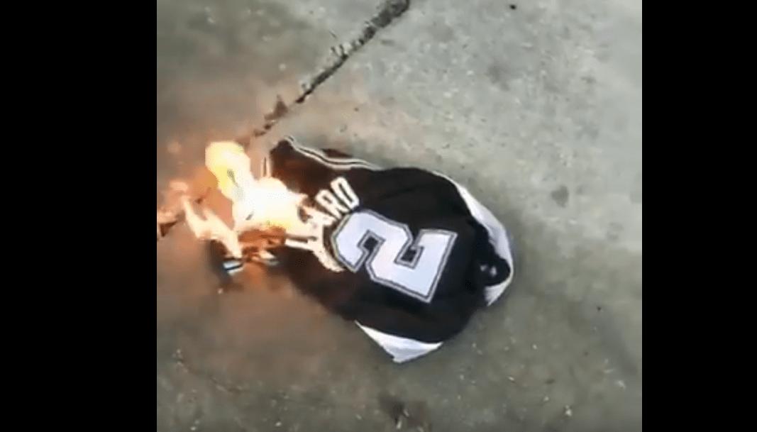 Rage : un fan des Spurs brûle déjà le maillot de Kawhi Leonard !