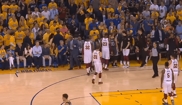 Stephen Curry et Kendrick Perkins se chauffent, les Warriors furieux