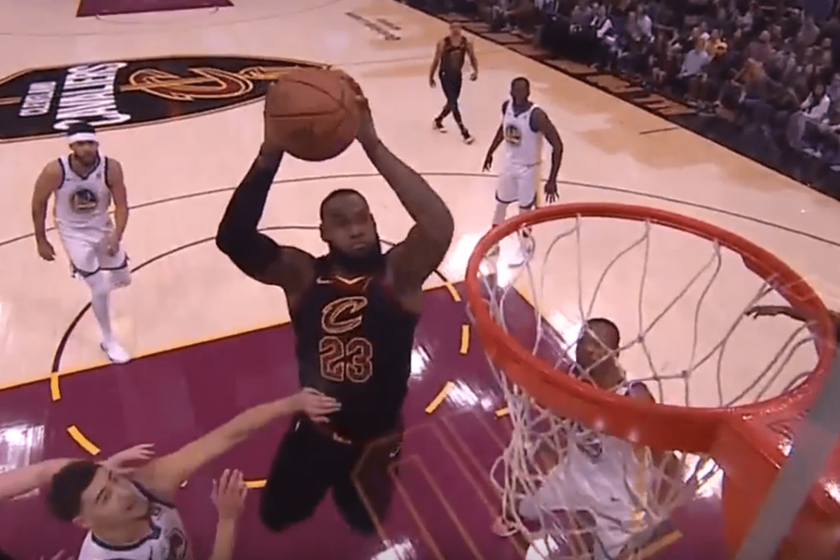 LeBron claque un dunk fou avec la planche !